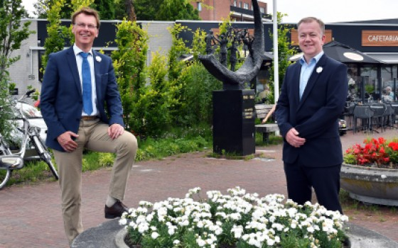Witte anjers in Stede Broec